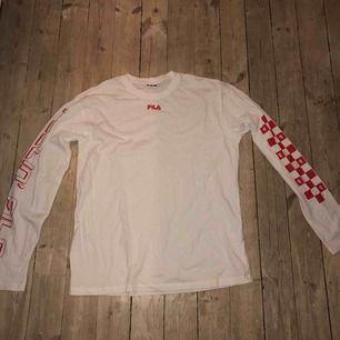 Långärmad FILA tröja i storlek S köpt på junkyard i somras. Använts en gång så fint skick! Priset kan diskuteras:)