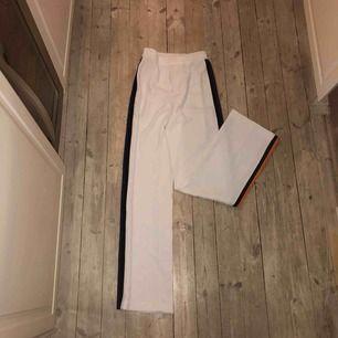 Högmidjade vita kostymbyxor med stripes på sidan från Zara i storlek M. Använda en gång på ett resturang besök i Prag i våras (så skulle ändå påstå att det är lite special). Stretchiga och ass najs passform med lite vidare ben!