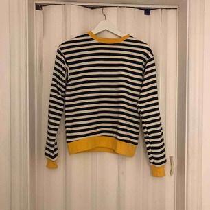 Helt ny sweatshirt från Berhska. Köparen står för frakten på 54:- & betalning sker via swish! 💕