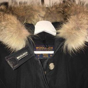 Jackan är från märket woolrich och är inköpt i början av förra vintern. Inköpspriset var 6000 kr och köptes på NK i Stockholm.