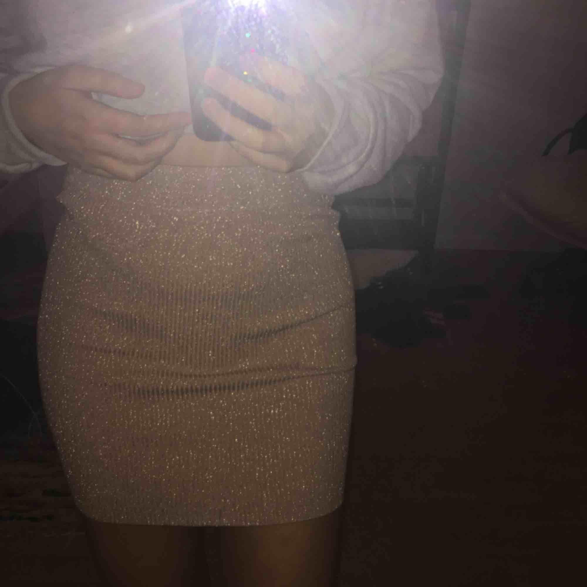 Super stretchig och glittrig kjol som passar dig i storlek XS-M✨✨🦋. Kjolar.