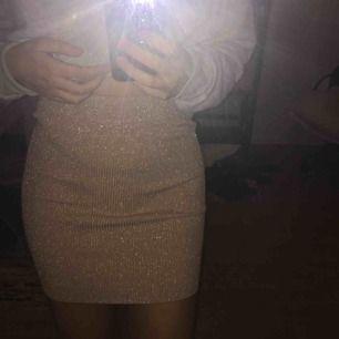 Super stretchig och glittrig kjol som passar dig i storlek XS-M✨✨🦋