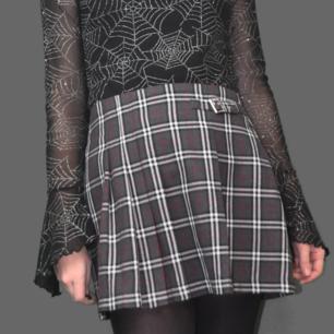 Supersnygg kort rutig kjol i grått med röda detaljer, mäter cirka 37 cm mätt tvärs över midjan. Köparen står för frakten, samfraktar gärna 😊👍