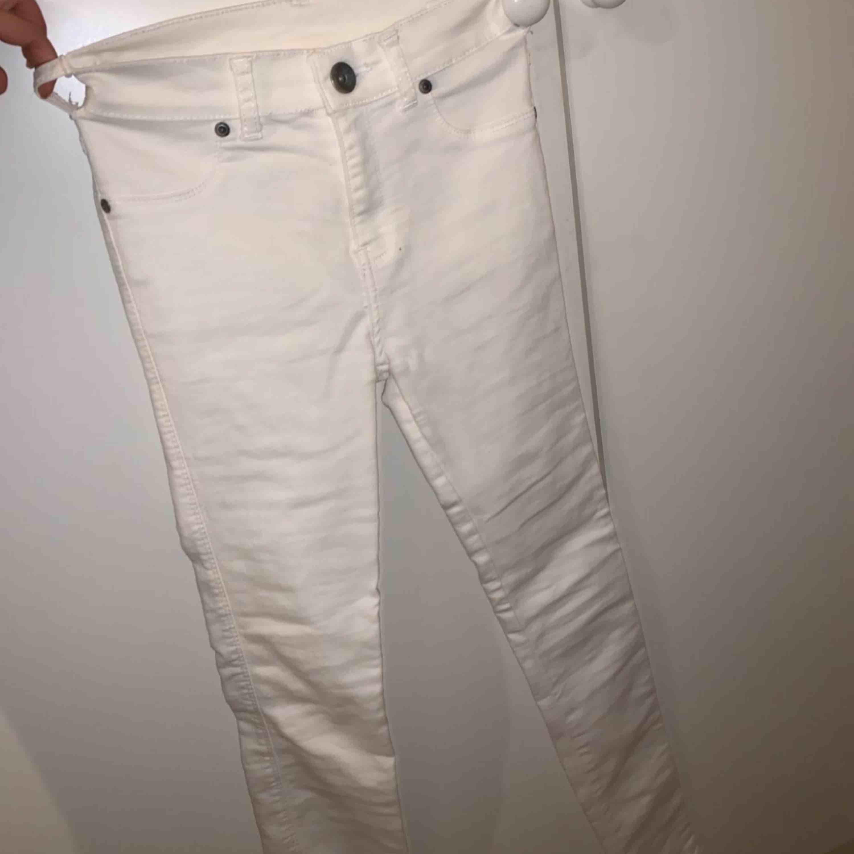 Endast använda en gång! Väldigt bra skick och sitter väldigt fint på! Från Dr denim.. Jeans & Byxor.
