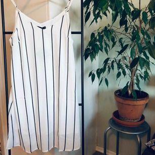 Oanvänd klänning med prislappen kvar!