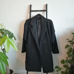 Klassisk svart kappa från Lager 157! Använd ett fåtal gånger bara så i fint skick. Möts upp i Stockholm.