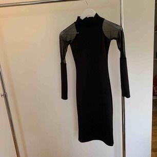 Svart klänning, halvlång