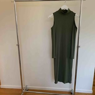 Armegrön klänning, halvlång