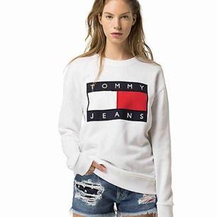 Tommy Hilfiger sweatshirt. Stl L, men passar även S eller M om man vill ha den lite oversize. I normalt använt skick. Frakt kostar 58 kr.