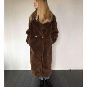 Intressekoll✨ Säljer min oanvända helt ny brun faux fur coat. Ombloggad och  slutsåld! 330c668d4cb0e