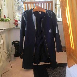 Mörkblå kappa från HM, storlek 34. Lite sliten på vissa ställen (se bild) men därav priset. 40kr + frakt.