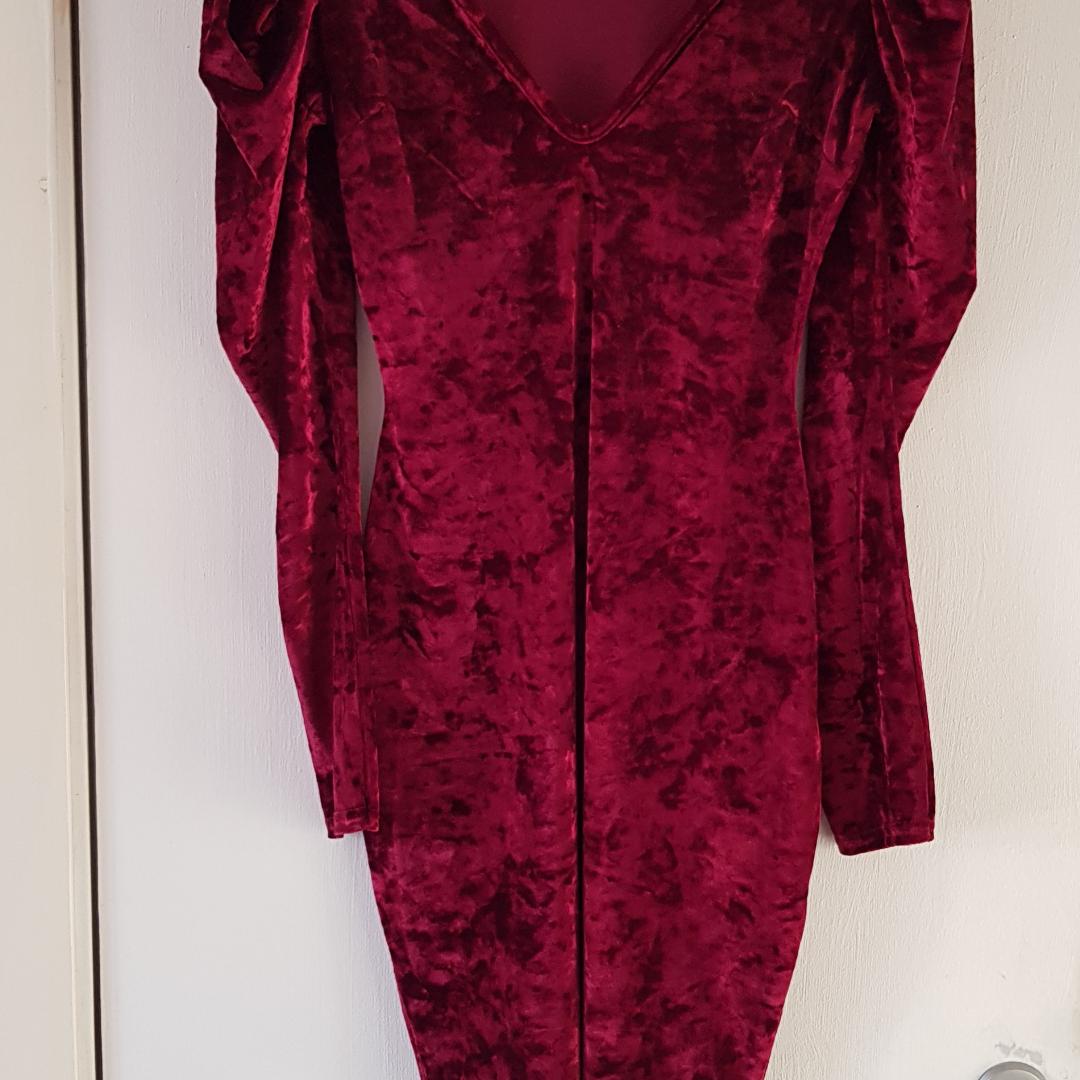 Röd Velour klänning använd endast 1gg, finns på flera köp och sälj sidor köparen står för frakten Endast Swich betalning eller kontant betalning . Klänningar.