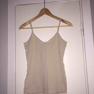 Oanvänd nudefärgat linne från h&m. Köparen står för frakt