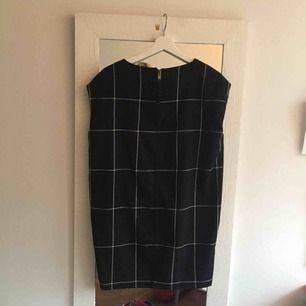 svincool klänning från weekday! för kort för mig, det är därför jag säljer den nu. Använd några få gånger men i fint skick!