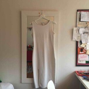 Coolaste klänningen!!! strechigt vit, prickigt scuba-tyg med en slits. från monki! Fint skick!