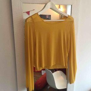 Solgul mesh-tröja med vida ärmar! Har sytt den själv.