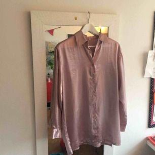 Asfin sidenskjorta!! Ljusrosa, lite längre modell. Använd en gång!