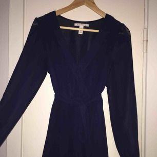 Jättefin marinblå klänning från Nelly trend. Använd endast 1 gång. Köparen står för frakten