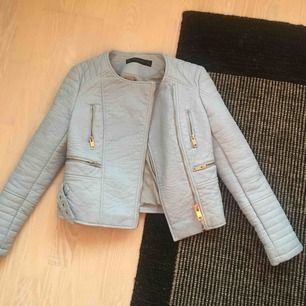 Ljusblå skinnjacka från Zara, jättefint skick endast lite nopprig på insidan. Frakt ingår inte i priset! Tycker om denna jacka jättemycket men den är tyvärr lite för liten så har inte fått så mycket användning för den.