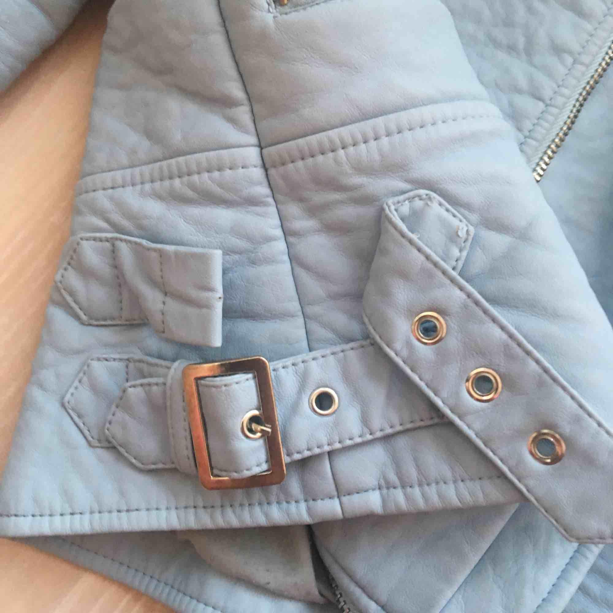 Ljusblå skinnjacka från Zara, jättefint skick endast lite nopprig på insidan. Frakt ingår inte i priset! Tycker om denna jacka jättemycket men den är tyvärr lite för liten så har inte fått så mycket användning för den. . Jackor.