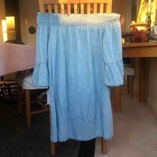 Ljusblå kort klänning, off shoulder, från Behrska! Jättefin och i gott skick, tyvärr för liten för mig. Frakt ingår inte i priset.
