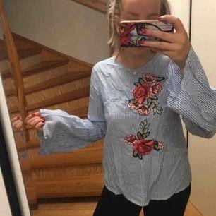 Väldigt fin tröja från bikbok, använd 1 gång, vida armar