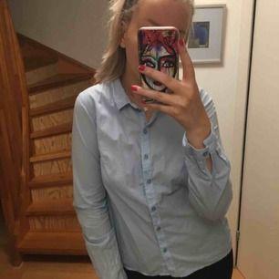 Snygg blå skjorta från vero Moda, använd nån enstaka gång
