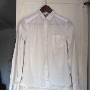 Vanlig vit skjorta, köparen står för frakten