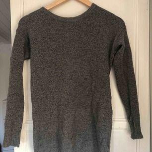 En lite tjockare tröja med dragkedja i bak. Köpare står för frakt