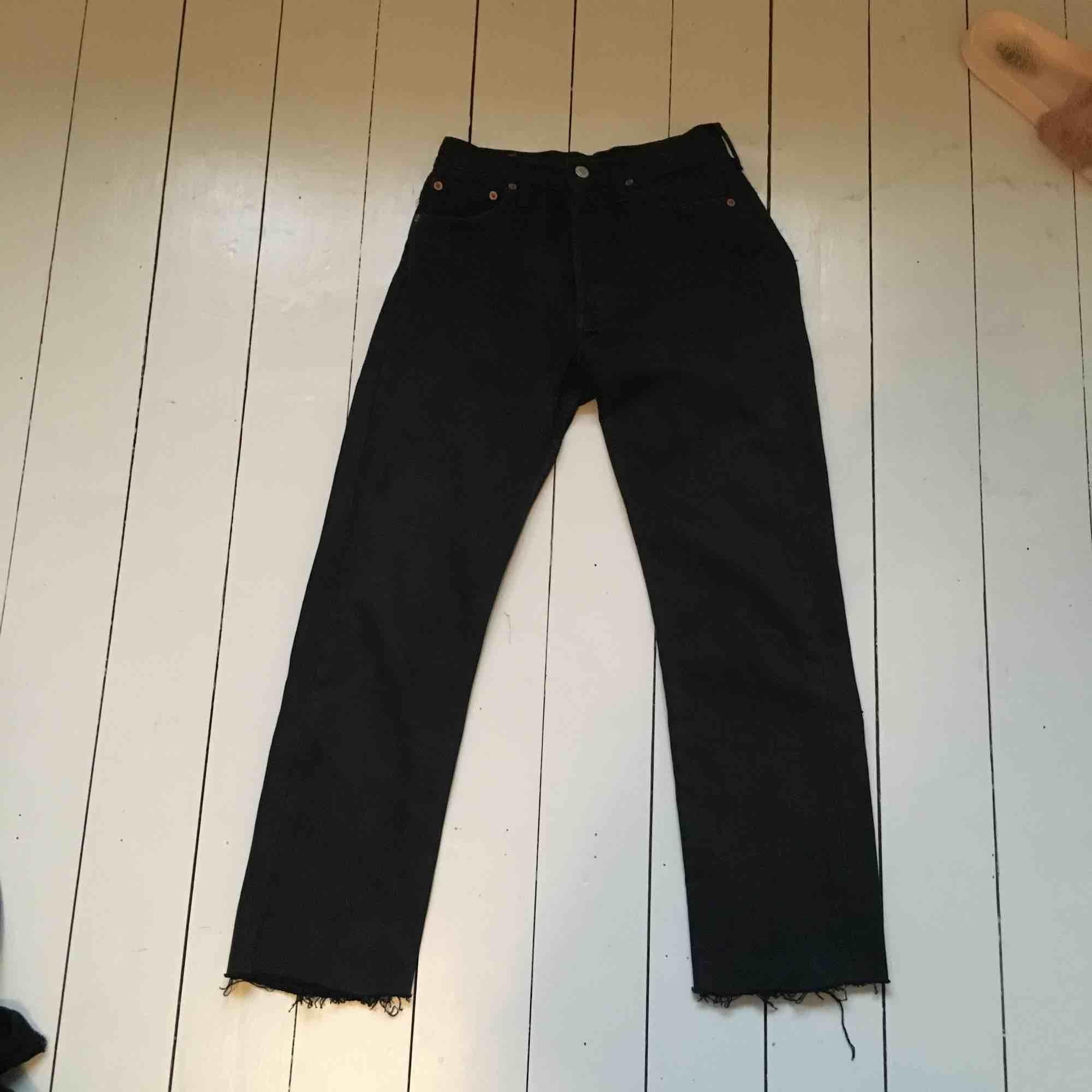 5fbfef7d5d47 Fina jeans köpa 2hand. Jag har klippt dem nedtill! Funkar på mig som är