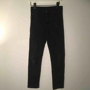 Svarta jeans från weekday i ok skick!
