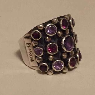 Kumkum ring i äkta silver med stenar i lila och rödrosa. Jättefin, bara använd några gånger. Nypris ca 2000 kr. Frakt kostar 55 kr.