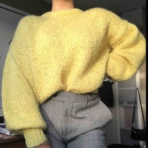 Mysig stickad tröja från Chiquelle i strl S, men skulle säga att den även passar M! Hel, ren och i bra skick. Frakt tillkommer på 70kr och den betalar du! 💛
