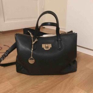 Äkta DKNY väska i bra skick! Köpt på NK för tror det var 2500kr!