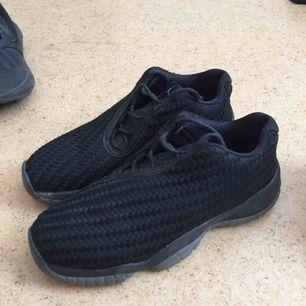 Air Jordan Future Premium skor i svart med blå sula. Använda ganska mycket. Nypris - 1399kr