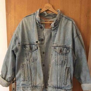 Suupervintage Levis jeansjacka med inbyggda innerfickor pch superbra passform på alla former pch längder. Frakt 70kr som köparen får stå för