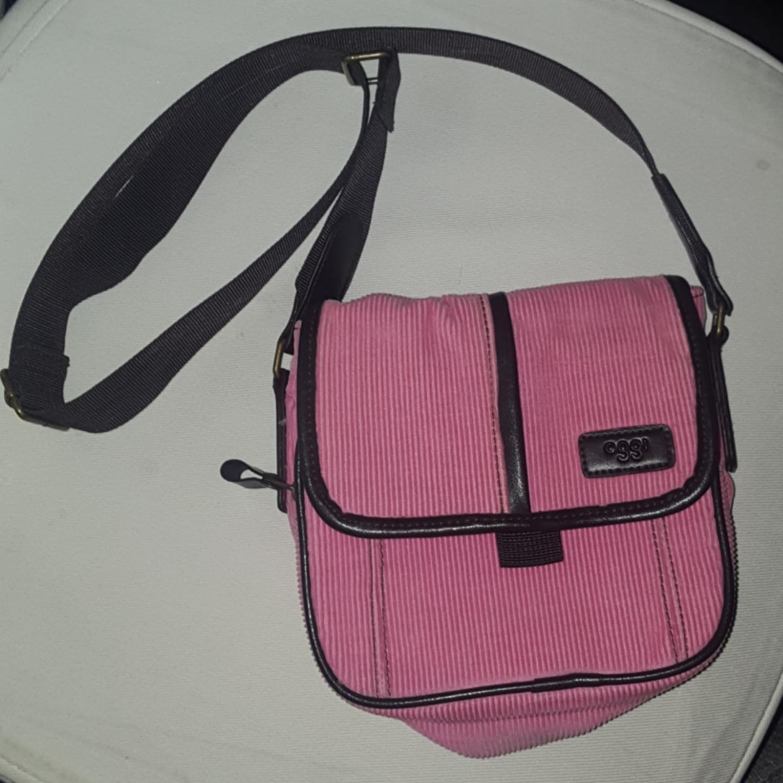 En rosa liten väska! Frakten ingår. Väskor.