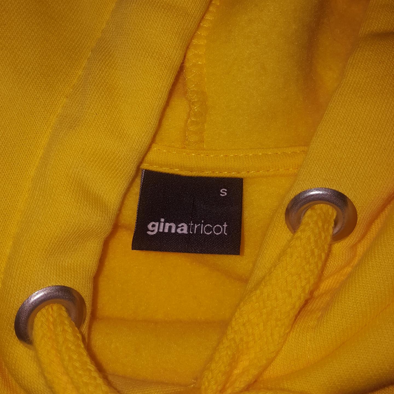 Aldrig använd hoodie ifrån Gina Tricot! Frakten ingår i priset :). Huvtröjor & Träningströjor.