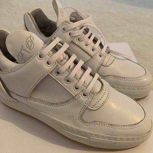 Sko gjort i läder, sulan av gummi.