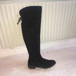 Snygga svarta overknee-boots med snörning. Det syns att de är använda, men upplever ändå att de är i gott skick och bra kvalité. :) Vet inte märke men är köpta på Nilson Shoes/Skopunkten för 1-2 år sedan har jag för mig😋