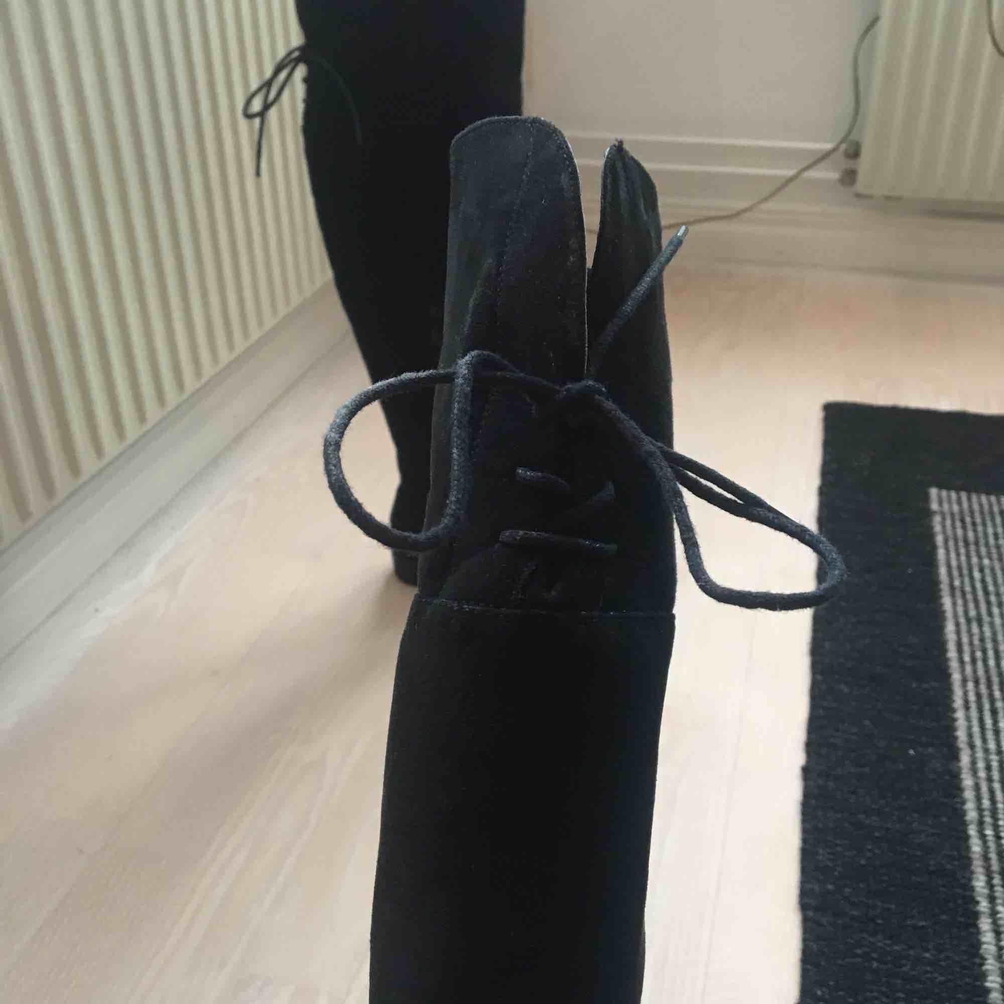 712ec5ff17a ... men Snygga svarta overknee-boots med snörning. Det syns att de är  använda, men