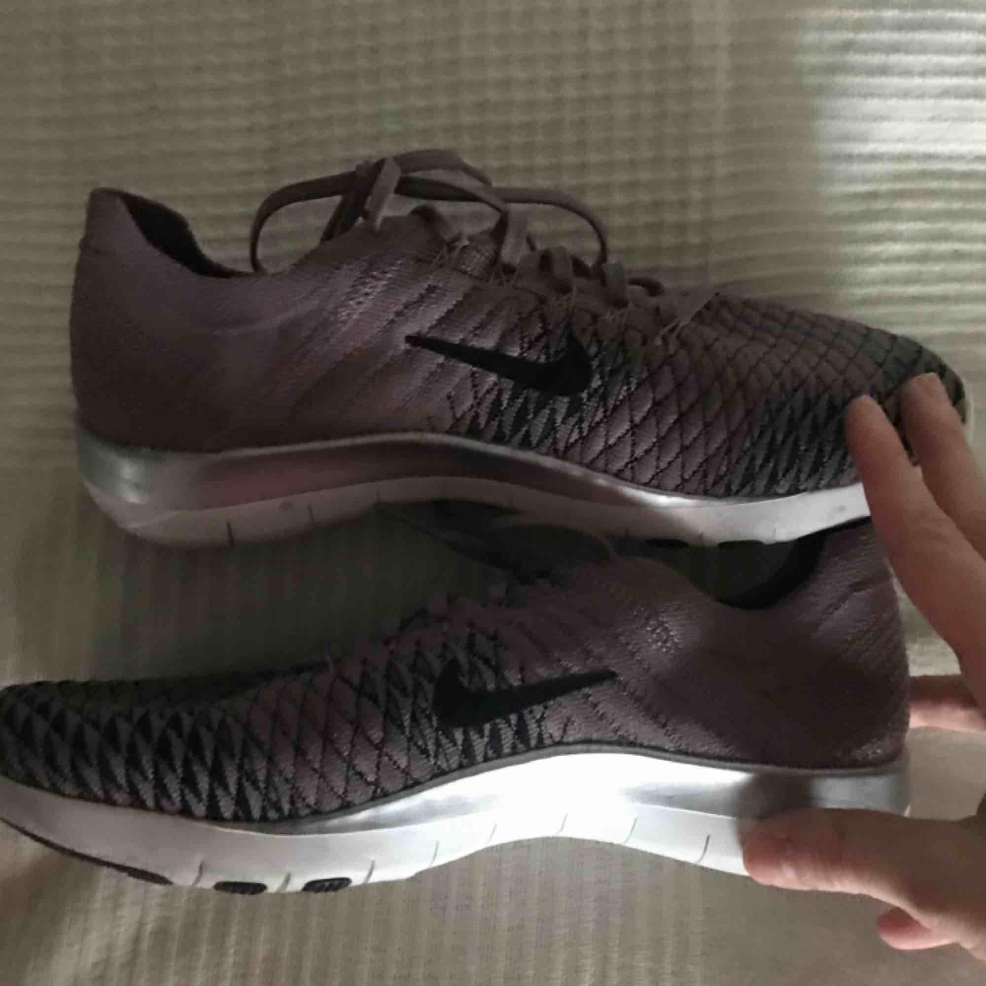 Träningsskor från Nike. Använda i ett halvår. Felfritt skick. Frakt ingår i priset! ❤️. Skor.