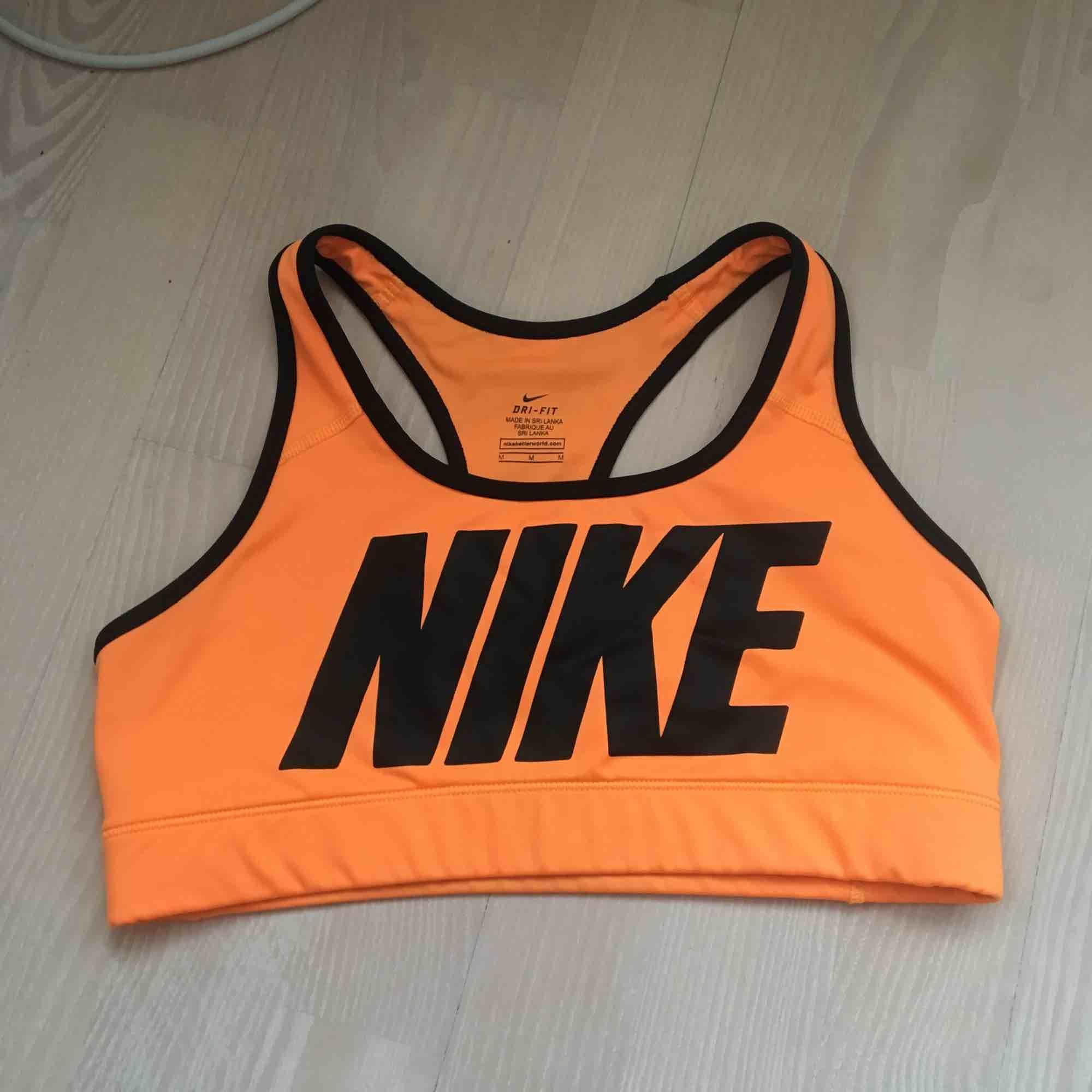 Orange sport-Bh från Nike! Köpare står för frakt🧡🧡. Huvtröjor & Träningströjor.