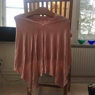 Jättefin ljusrosa poncho i mjukt material. Kan bäras på flera olika sätt! Ulrika Fosshagen Collection. Står ingen storlek men skulle säga att den passar rätt många, det beror mest på hur man vill att den ska sitta. Frakt står köpare för själv💗
