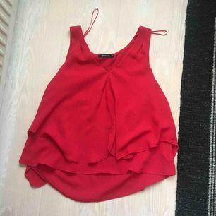 Klarrött linne från ginatricot. Storlek 34 men passar mig som har 36-38❣️ Frakt står köpare för:)