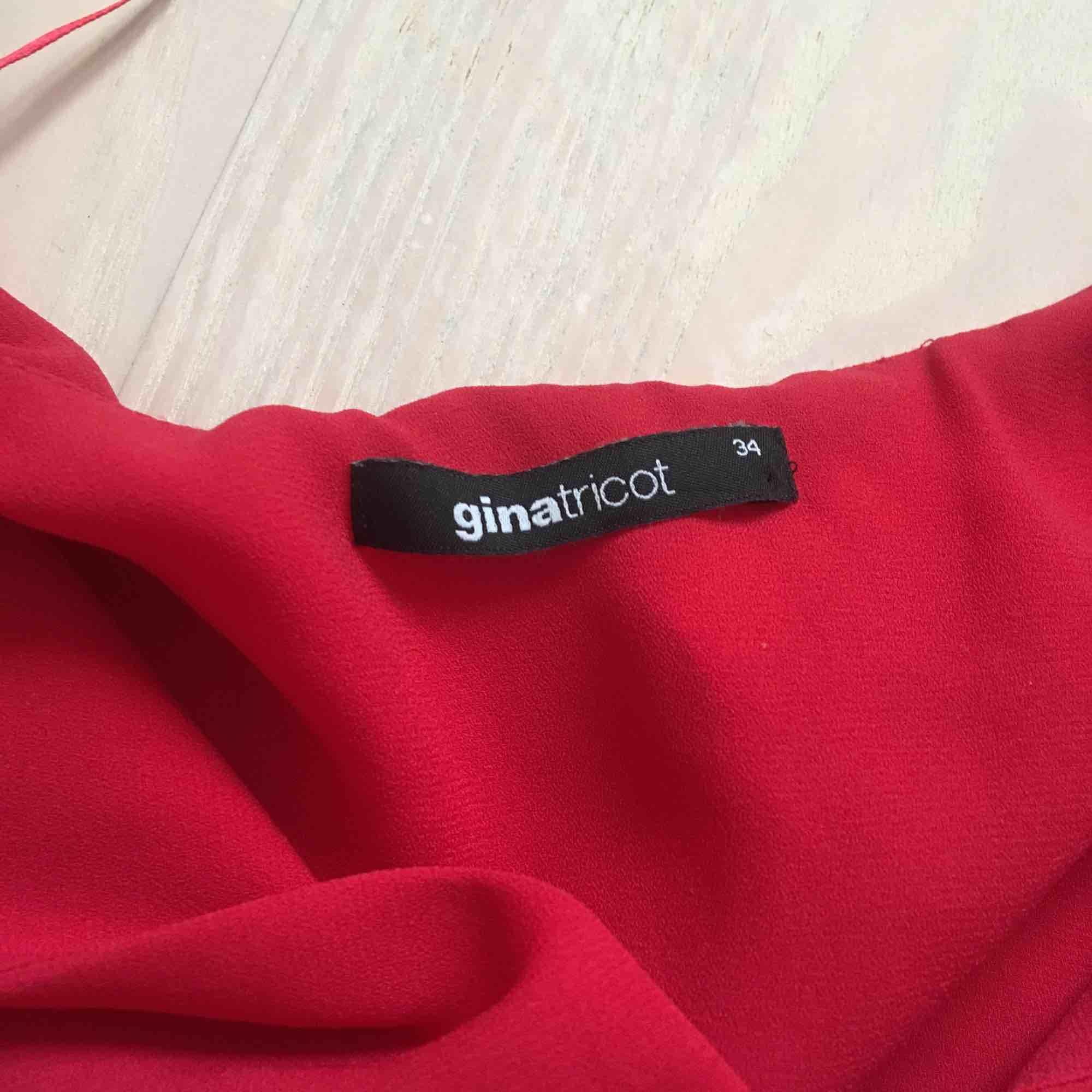 Klarrött linne från ginatricot. Storlek 34 men passar mig som har 36-38❣️ Frakt står köpare för:). Blusar.