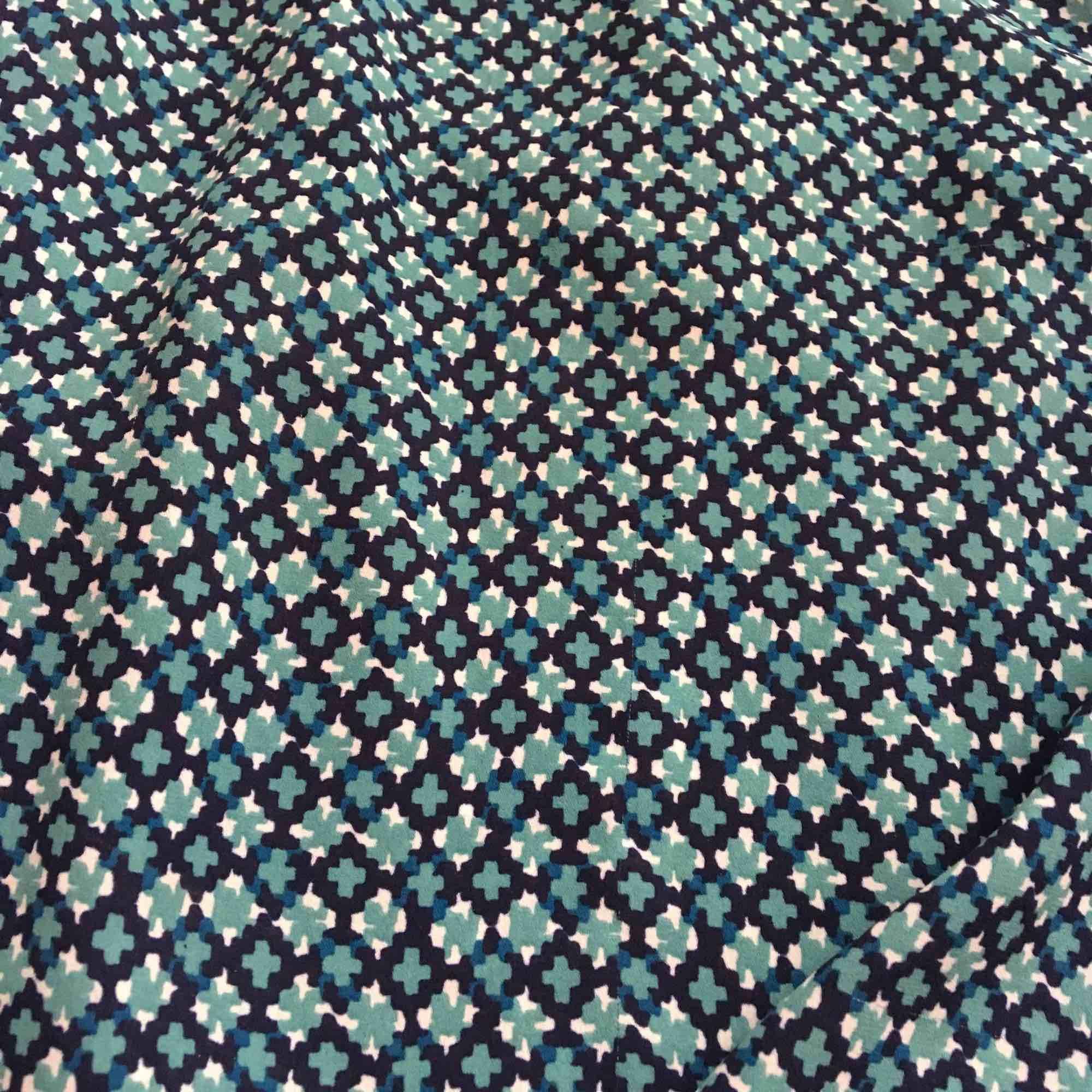 Långärmad mönstrad blus från HM. Storlek 38. Frakt står köpare för💚. Blusar.