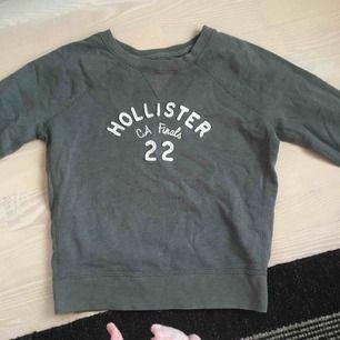Grå collegetröja från Hollister med tryck. Frakt står köpare för!:)