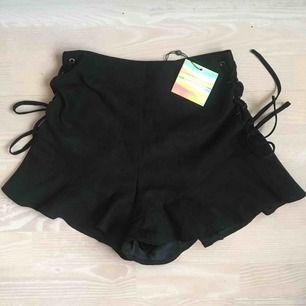 Svarta shorts i mockaimmitation från Missguided. Gott skick då jag aldrig använt, (prislapp sitter kvar). Snörningsdetalj på sidorna. Frakt ingår ej i priset 50kr, utan det får köpare själv stå för🖤🖤