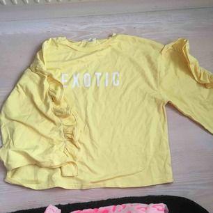 Gul oversized tröja med tryck, från Mango. Volang detaljer på ärmarna. Köpare står för frakt💛💛
